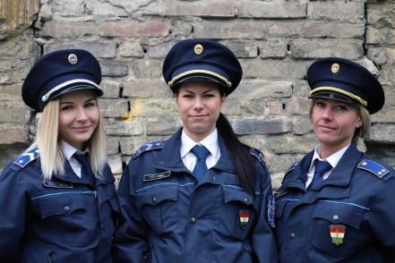zsaruk mutatja